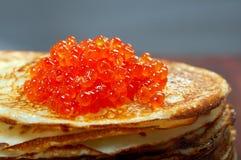Russische Pfannkuchen mit rotem Kaviar Lizenzfreies Stockfoto