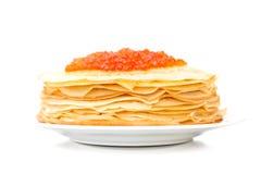 Russische Pfannkuchen mit rotem Kaviar auf der Platte Lizenzfreies Stockbild