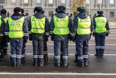 Russische Polizeieinheit in der Uniform des Zustands-Automobil-Inspektors Lizenzfreie Stockfotos