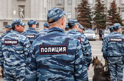 Russische Polizeieinheit in der Uniform mit Polizeihunden auf dem Kuibyshev Stockbilder