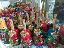 Russische poppen - tandenstokerhouders op verkoop in een winkelvenster royalty-vrije stock afbeeldingen