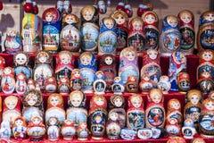 Russische poppenmatreshka het nestelen markt Royalty-vrije Stock Fotografie