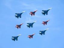 Russische Ritter und Swifts im Flug gegen blauen Himmel Lizenzfreies Stockbild