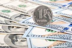 Russische roebel en dollarrekeningen Royalty-vrije Stock Foto's