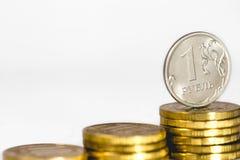 Russische roebel en stapel van Russische muntstukken Royalty-vrije Stock Foto's