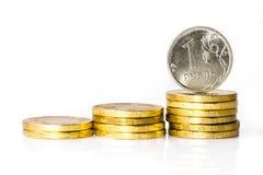 Russische roebel met stapel van Russische muntstukken Stock Afbeelding