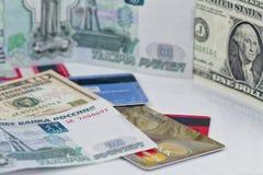 Russische roebel, ons dollar en plastic creditcards Stock Afbeelding