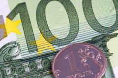 1 Russische roebel op euro bankbiljet 100 Stock Foto