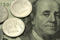 Russische roebel tegen de achtergrond van Amerikaanse dollars Royalty-vrije Stock Foto