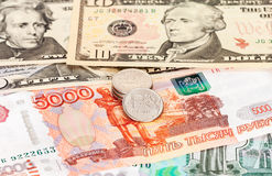 Russische roebels en Amerikaanse dollarsbankbiljetten Stock Fotografie