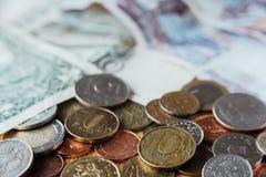 Russische roebels Tien roebelsmuntstukken in nadruk Papiergeld op backgr Stock Foto's