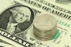 Russische roebels voor één dollarachtergrond Stock Fotografie