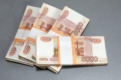 Russische roebelsbankbiljetten - vijf duizend roebels Stock Afbeeldingen