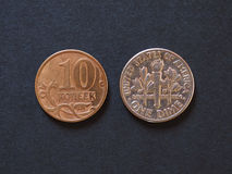 10 Russische roebelskopecks en 10 USD-centenmuntstukken Royalty-vrije Stock Afbeelding