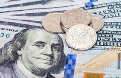 Russische roebelsmuntstukken over dollarsbankbiljetten Royalty-vrije Stock Afbeelding