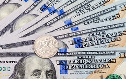Russische roebelsmuntstukken over dollarsbankbiljetten Royalty-vrije Stock Foto