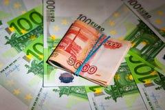 Russische Rubel auf dem Hintergrund von Eurorechnungen Stockfotos