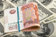 Russische Rubel auf Dollarhintergrund Stockfotografie