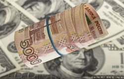 Russische Rubel auf Dollarhintergrund Konzept Lizenzfreies Stockbild