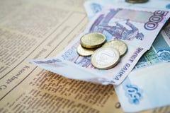 Russische Rubel Banknoten und Euro und Dollar Münzen Stockfoto