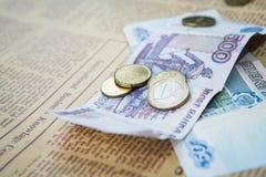 Russische Rubel Banknoten und Euro und Dollar Münzen Lizenzfreies Stockfoto