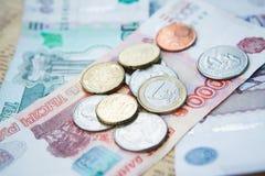Russische Rubel Banknoten und Euro und Dollar Münzen Stockbild
