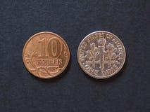 10 russische Rubel Kopeken und 10 USD-Centmünzen Lizenzfreies Stockbild