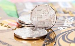 Russische Rubel Münzen über verschiedenen Kreditkarten Stockbild