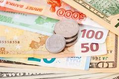Russische Rubel Münzen über verschiedenen Währungsbanknoten Lizenzfreie Stockfotografie