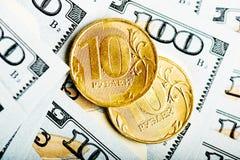 Russische Rubel Münzen auf Banknoten von Dollar Stockfotos