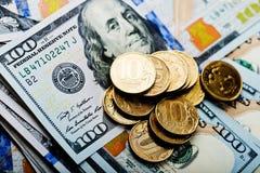 Russische Rubel Münzen auf Banknoten von Dollar Lizenzfreie Stockfotos