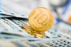 Russische Rubel Münzen auf Banknoten von Dollar Lizenzfreie Stockbilder