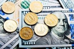 Russische Rubel Münzen auf Banknoten von Dollar Lizenzfreie Stockfotografie