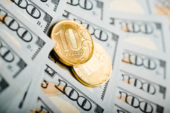 Russische Rubel Münzen auf Banknoten von Dollar Stockbild
