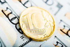 Russische Rubel Münzen auf Dollar Lizenzfreies Stockbild