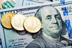 Russische Rubel Münzen auf Dollar Stockfoto