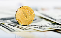 Russische Rubel Münzen auf Dollar und Stockfotografie