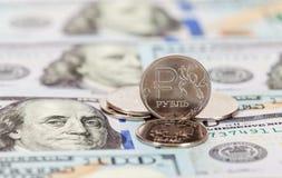 Russische Rubel Münzen und Dollar Banknoten Stockbilder