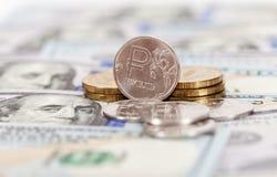 Russische Rubel Münzen und Dollar Banknoten Lizenzfreie Stockfotografie