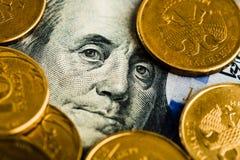 Russische Rubel prägt auf Banknoten von Dollar und Lizenzfreies Stockfoto