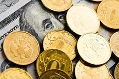 Russische Rubel prägt auf Banknoten von Dollar und Lizenzfreie Stockfotografie