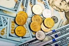 Russische Rubel prägt auf Banknoten von US-Dollars Stockbilder