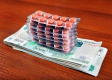 Russische Rubel und die Pillen Stockfotografie