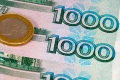 1000 russische Rubel und 1 Euro Stockfoto