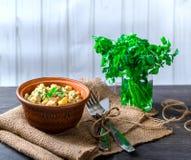 Russische salade in een kom op de lijst Royalty-vrije Stock Afbeeldingen