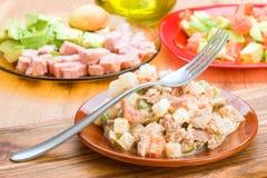 Russische salade in kleischotel Royalty-vrije Stock Foto's