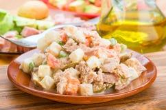 Russische salade in kleischotel Stock Foto