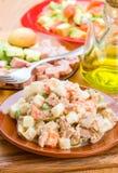 Russische salade in kleischotel Royalty-vrije Stock Afbeelding