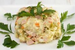 Russische salade met peterselie stock afbeelding