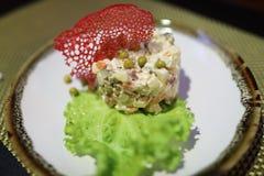 Russische salade op plaat stock afbeeldingen